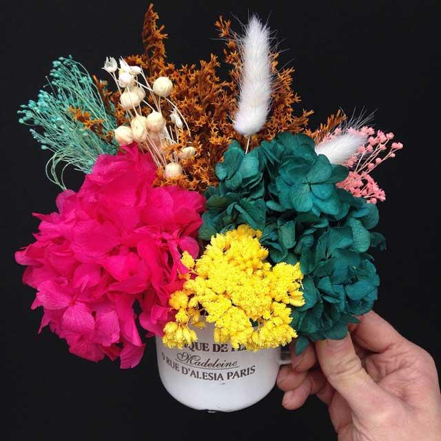 Tacitas-con-hortensia-preservada-y-flor-seca-en-tonos-muy-alegres-y-divertidos