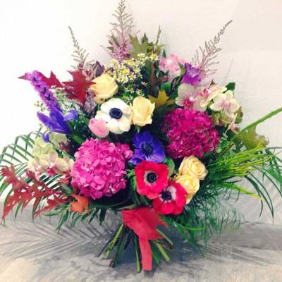 Ramo asimétrico compuesto con hortensia, alstilbe, orquidea, rosas, liatrix y anémonas.