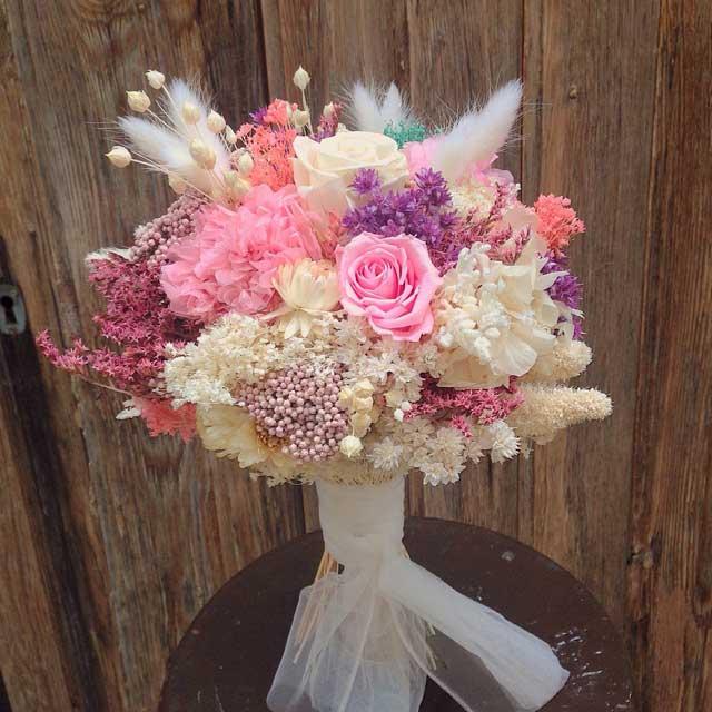 bouquet con flor seca y hortensia preservada en tonos lilas rosas y blancos