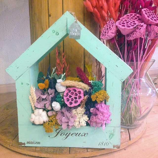 CASA de madera color turquesa con flor seca y preservada