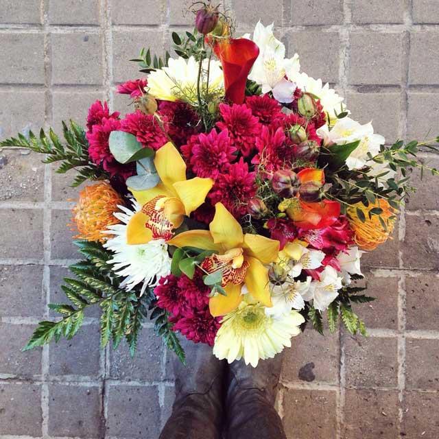 Bouquet de flores compuesto con callas, cimbidium, gerberas, crisantemo, alstroemeria y proteas.