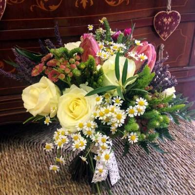 ISVARA-- Bouquet realizado con verdes afriacanos, rosas blancas, lavanda, proteas y tanacetum