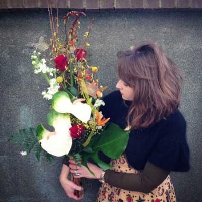 Ramo estilizado compuesto por anthuriums, rosas rojas, crasperia y violé.
