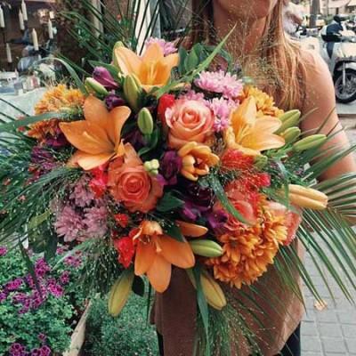 Bouquet en tonos naranjas y fucsias realizado con lilius naranjas, rosas, cristantemo y alstroemeria.