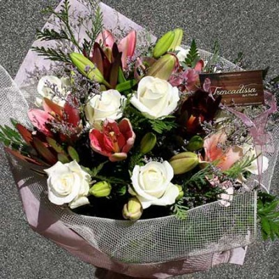 Bouquet en tonos rosas y blancos compuesto por rosas blancas, lilium rosa, limonium y safari.