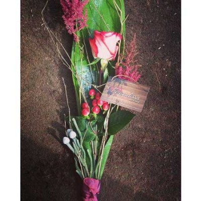 Arreglo de flor única de una rosa, con hypericum y alstilbe.