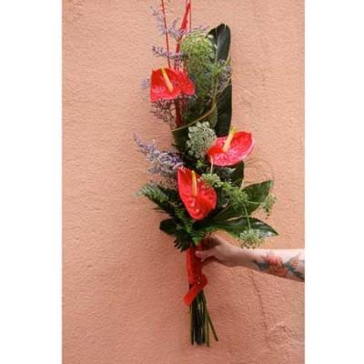 Arreglo floral con anthuriums rojos, limonium y verdes.