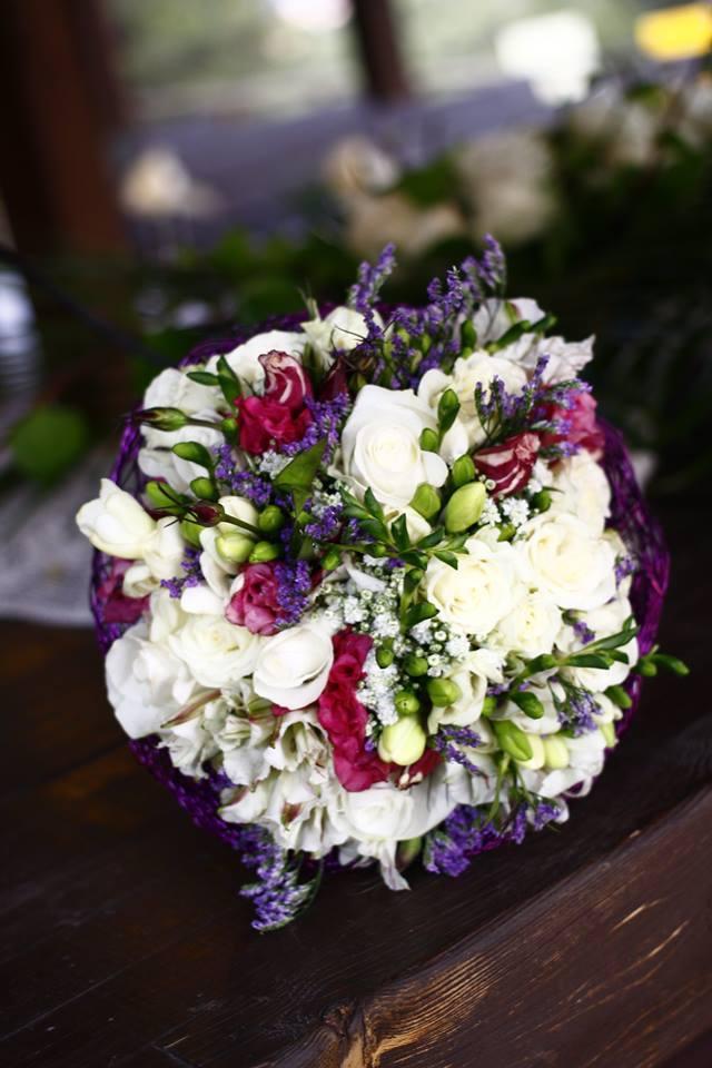 ramo de novia de estilo romntico y fresco en tonos verdes lilas fucsias y verdes