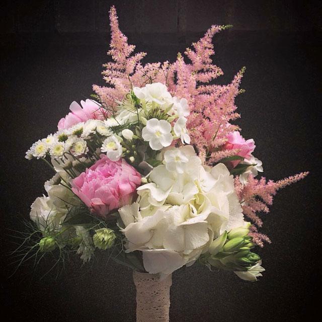Ramo de novia de estilo vintage realizado con peonias, hortensia blanca y alstibe