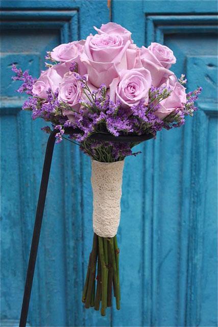 Ramo de novia elegante y sencillo, realizado con rosas lilas y limonium