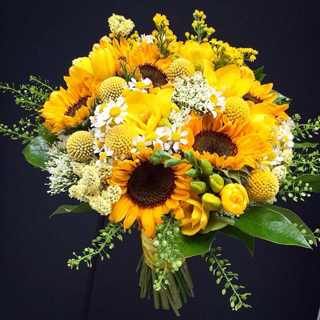 Ramo de novia en tonos amarillos realizado con girasoles, freesia, crasperia, tanacetum, solidago y limonium