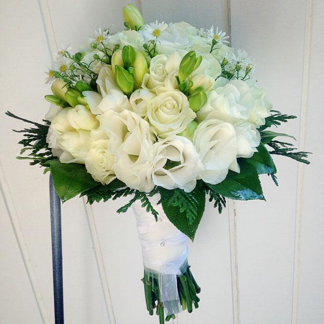 Ramo de novia en tonos blancos compuesto con rosas blancas, freesia y tanacetum