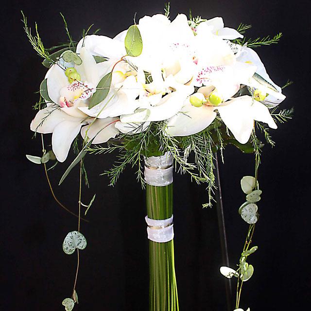 Ramo de novia en tonos blancos realizado con orquidea blanca y collares de hypericum verde