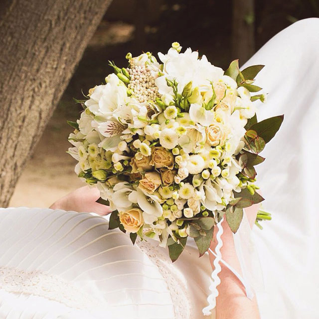 Ramo de novia en tonos crudos, blancos y té realizado con rosas spray, crisantemo, freesia y lisianthus