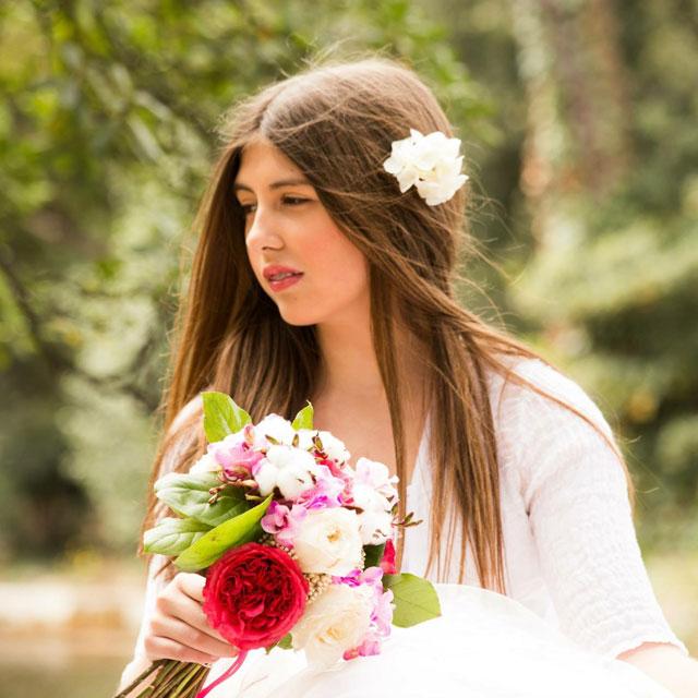 Ramo de novia en tonos fucsia, rosa y blancos realizado con peonias fucsias, algodón, freesia, rosas y flor de arroz