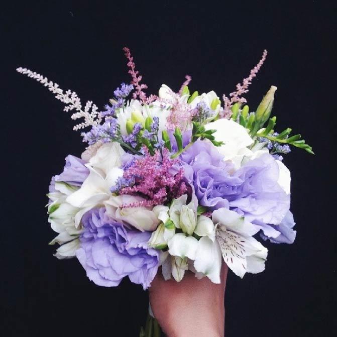 Ramo de novia en tonos lilas, blancos y rosas realizado con lisianthus, alstroemeria, astilbe y limonium