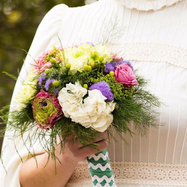 Ramo de novia en tonos lilas, rosas y blancos realizado con hortensia blanca, ranunculos y rosas