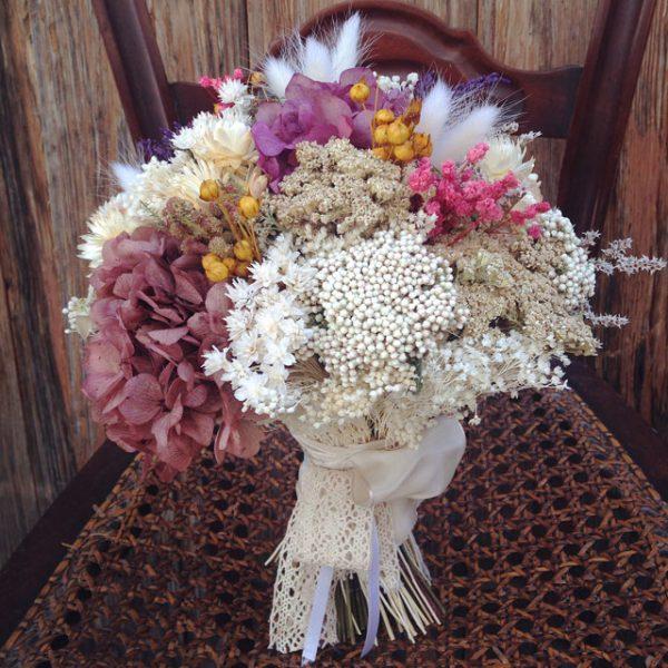 Ramo de novia en tonos ocres, blancos y morados realizado con flor seca y preservada