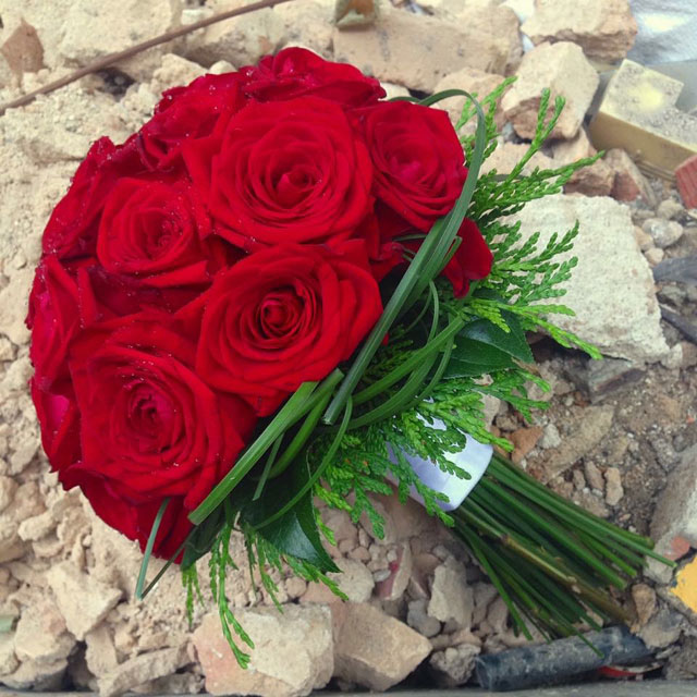 Ramo de novia en tonos rojos realizado con rosas rojas y acabado con grafismos