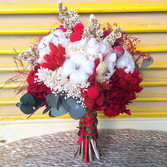 Ramo de novia en tonos rojos y blancos, realizado con flor seca y preservada