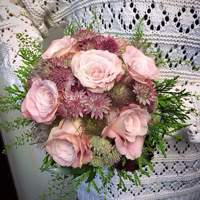 Ramo de novia en tonos rosas empolvados, realizado con rosas y astrantia