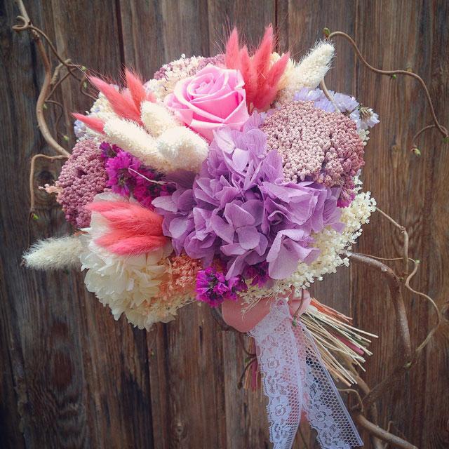 Ramo de novia en tonos rosas y lilas realizado con flor seca y preservada