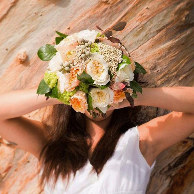Ramo de novia en tonos té, crudos y verdes, realizado con rosas david austin, flor de arroz y viburnum