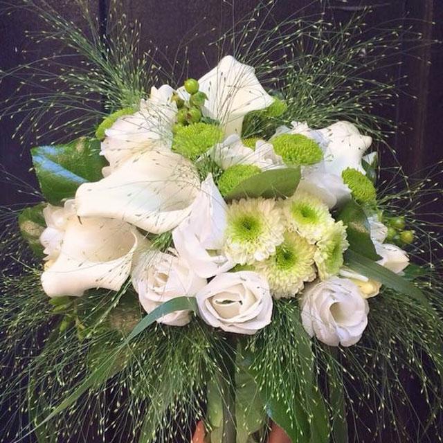 Ramo de novia en tonos verdes y blancos compuesto con callas blancas, crisantemo verde y lisianthus blanco