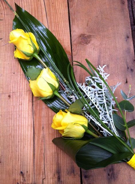 Ramo de novia estilizado compuesto con tres rosas amarillas y verdes. Un diferente ramillete si lo que no quieres es llevar un gran ramo de novia.