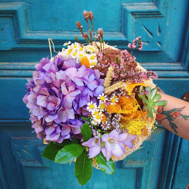 Ramo de novia informal y con un de estilo campestre realizado con hortensia azul, freesia, tanacetum y flor seca
