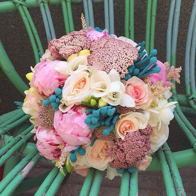 Ramo de novia original y divertido realizado en tonos rosas y turquesa compuesto por peonias, rosas, crasperia y flor seca
