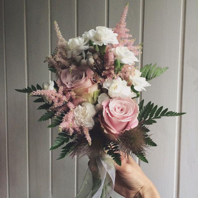 Ramo de novia romántico, sensible de colores empolvados, compuesto con rosas, alstilbe y clavel