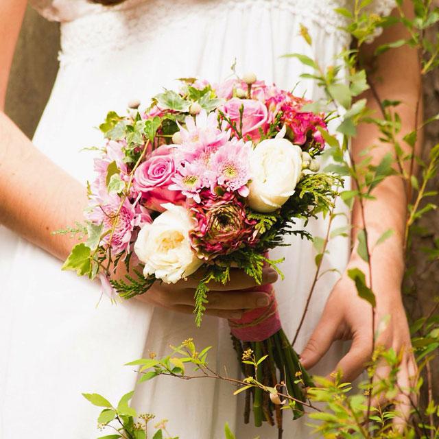 Ramo de novia romántico y fresco realizado con rosas de jardín, crisantemo, ranunculos y alstroemeria