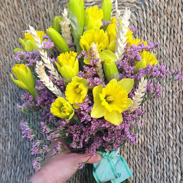 Ramo de novia en tonos amarillos y lilas realizado con narcisos, trigo y limonium