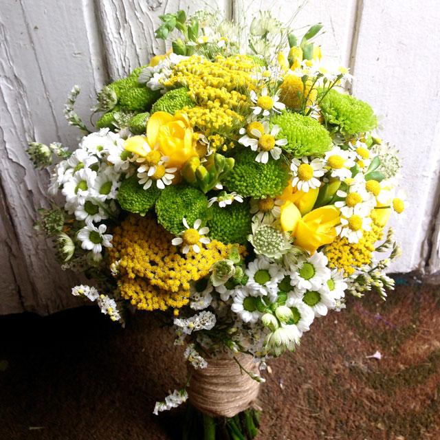 Ramo de novia silvestre y fresco en tonos verdes, amarillos y blancos