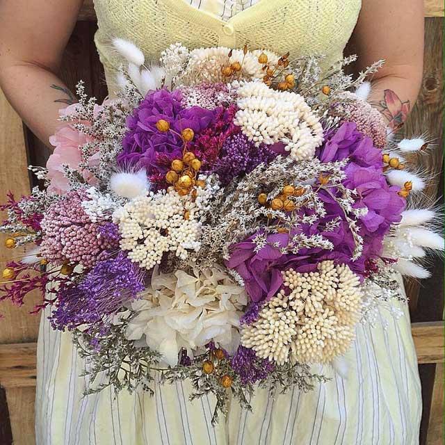 Bouquet realizado con flor seca y preservada en tonos lilas, blancos y rosas. Tamaño grande. No necesita mantenimiento.