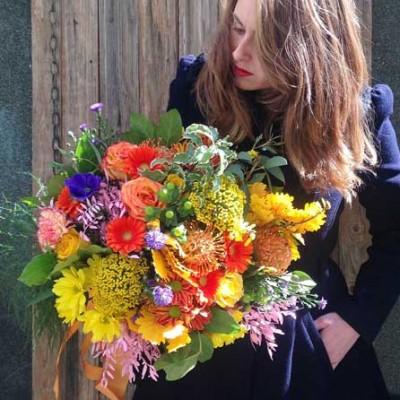 Espectacular bouquet muy colorido y diferente, en tonos naranjas y amarillos. Es un ramo de tamaño grande.