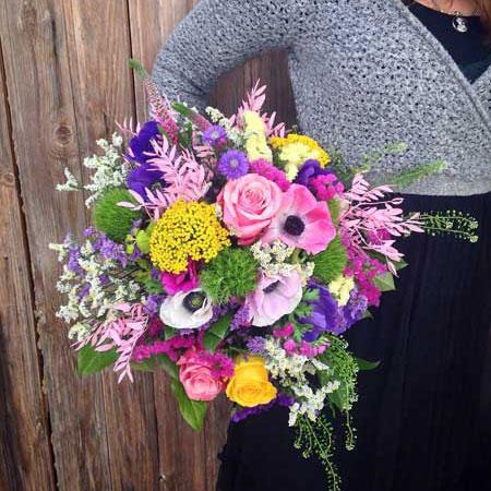 Divertido, original, alegre y precioso bouquet realizado en tonos rosas, lilas y amarillos. Es de tamaño mediano.