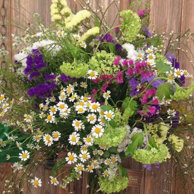Bouquet silvestre y con mucho movimiento, realizado con statice, viburnum y tanacetum.