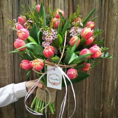 ramo con 30 tulipanes de color fucsia y rosa