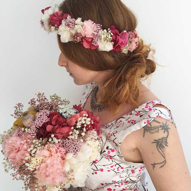 Corona de flores secas y preservada