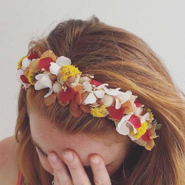 Diadema con flor seca y preservada, realizada en tonos amarillos, blancos y granates. ➖Realizamos la diadema con la tonalidad y la medida que tu nos pidas)