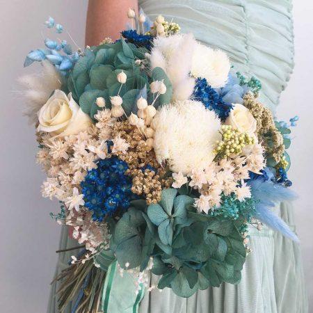 Ramo de novia en tonos azules y turquesas realizado con flores preservadas y secas.