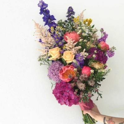 Ramo silvestre en tonos rosas y lilas, realizado con rosas color peach, hortensia lila, alstilbe y delphinium