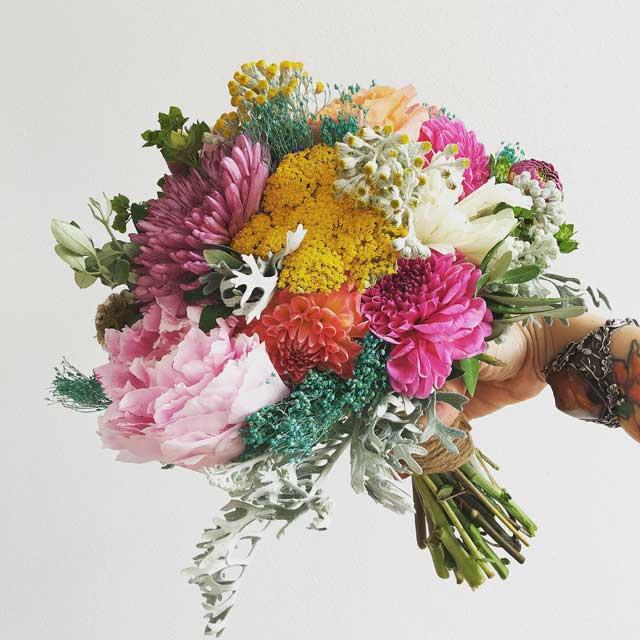 Ramo en tonos muy atrevidos y contrastados, para novias diferentes. Está realizado con peonias, achillea, dhalias, orquídea y verdes varios.