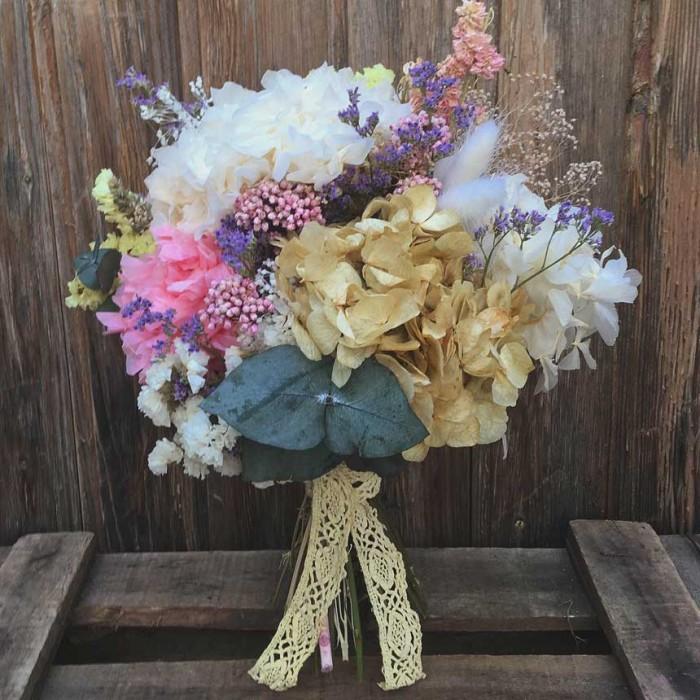 Ramo de novia realizado en tonos pastel con hortensia preservada y flor seca tratada. No necesita mantenimiento. No necesita agua. Puede durar años siempre y cuando lo mantengas alejado del sol directo y no lo mojes.