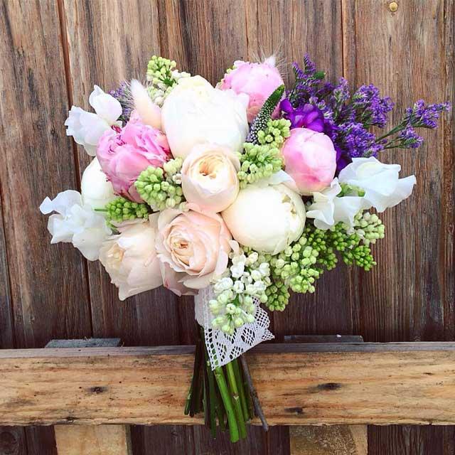 Bouquet en tonos blanco y rosa