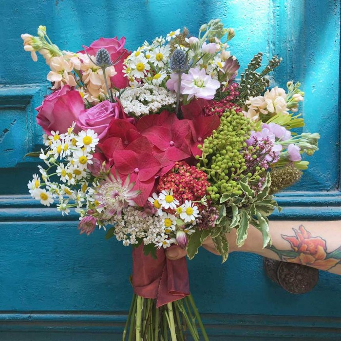 bouquet silvestre realizado con hortensia, rosas, alhelí, tanacetum y verde safari.