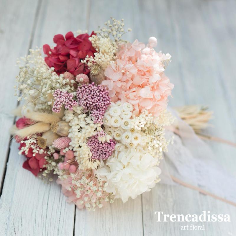 Ramo de novia con flores secas y preservadas en tonos crudos, rosados y un toque de granate.