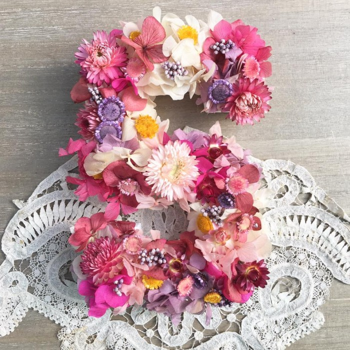 Talleres de letras con flor seca y preservada, Quieres hacer un regalo divertido y original para San Valentín? Crea la letra escogida con flor seca y preservada y llévatela a casa.